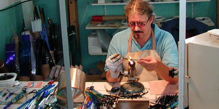Der Glaskünstler Rainer Schrade bei der Arbeit vor der Glasbläserlampe