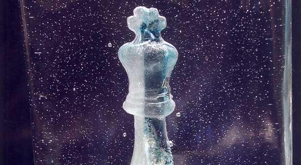 schachfigur in glaskunst birgit sänger objektkunst